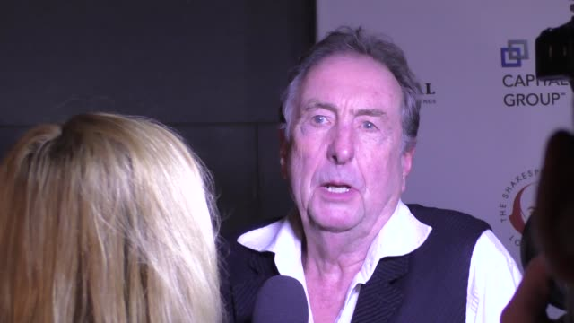 eric idle at the shakespeare center of los angeles presents 25th annual simply shakespeare benefit at the broad stage in santa monica in celebrity... - エリック アイドル点の映像素材/bロール
