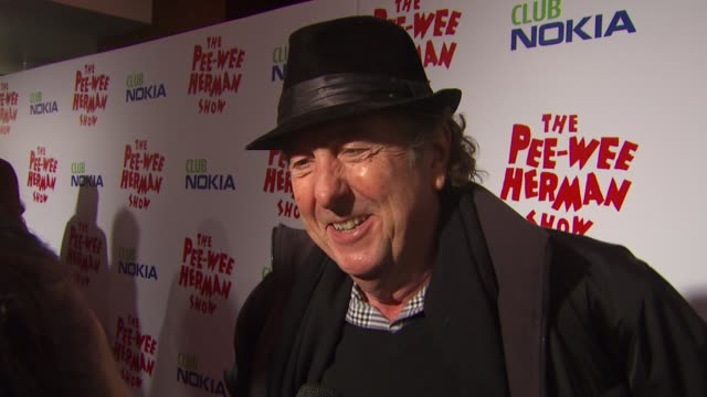vídeos de stock, filmes e b-roll de eric idle on the event and premiere at the 'the peewee herman show' opening night at los angeles ca - espetáculos de variedade