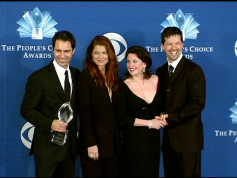 eric mccormack debra messing megan mullally and sean hayes at the 2005 people's choice awards photo room at the pasadena civic auditorium in pasadena... - debra messing stock-videos und b-roll-filmmaterial