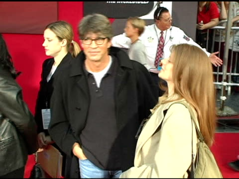 vidéos et rushes de eric roberts and eliza roberts at the 'the incredibles' premiere at the el capitan theatre in hollywood california on october 25 2004 - eric roberts