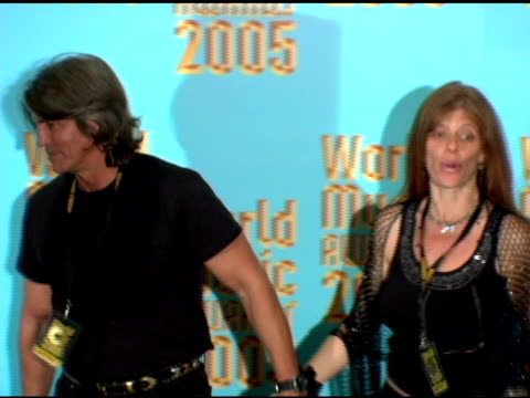 vidéos et rushes de eric roberts and wife eliza at the 2005 world music awards press room at the kodak theatre in hollywood california on september 1 2005 - eric roberts