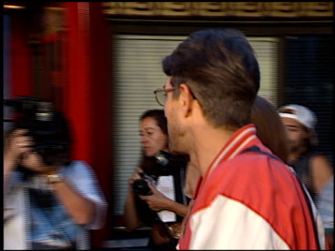 vidéos et rushes de eric roberts at the 'great white hype' premiere at grauman's chinese theatre in hollywood california on may 1 1996 - eric roberts
