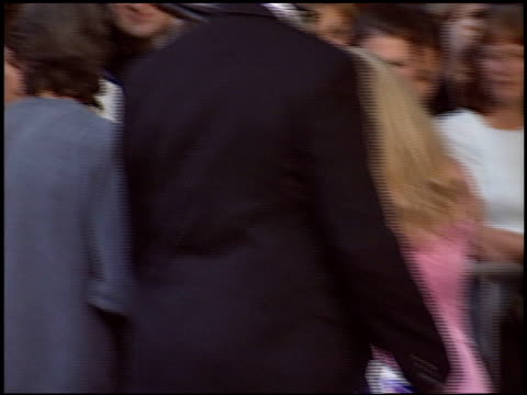 vidéos et rushes de eric roberts at the 'raising helen' premiere at the el capitan theatre in hollywood california on may 26 2004 - eric roberts