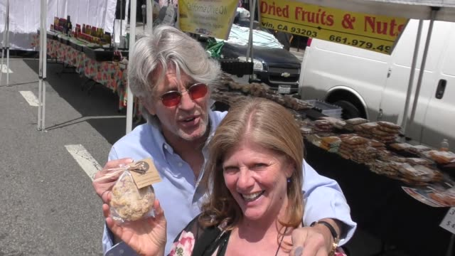 vídeos de stock e filmes b-roll de eric roberts & eliza roberts talk about their daughter's pie company while shopping at the farmers market in studio city in celebrity sightings in... - pie humano