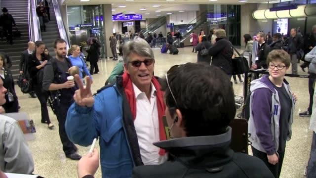 vidéos et rushes de eric roberts greets fans at slc airport in salt lake city 01/19/12 in celebrity sightings in park city utah - eric roberts