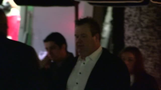 vídeos de stock e filmes b-roll de eric stonestreet departs the jimmy fallon 2013 emmy after party in hollywood at celebrity sightings in los angeles eric stonestreet departs the jimmy... - 2013