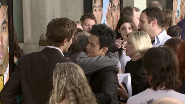 vidéos et rushes de eric winter and john cho at the 'harold and kumar escape from guantanamo bay' premiere at arclight cinemas in hollywood california on april 18 2008 - eric