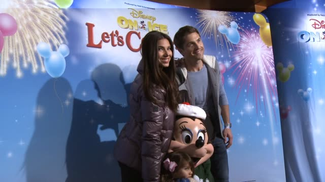 vidéos et rushes de eric winter roselyn sanchez at disney on ice presents let's celebrate presented by stonyfield yokids organic yogurt in los angeles ca - eric