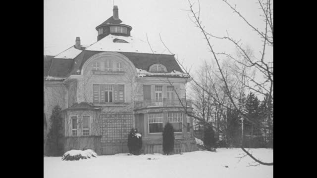 vidéos et rushes de ext erich von ludendorff's mansion with snow on roof and on ground in front / ludendorff wearing civilian clothing stands on outdoor steps with two... - armée allemande