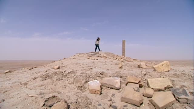 eridu, tell abu shahrain. view of a man descending from the top of the ruins of eridu, considered the oldest city on earth founded circa 5400 bce. - basra stock videos & royalty-free footage
