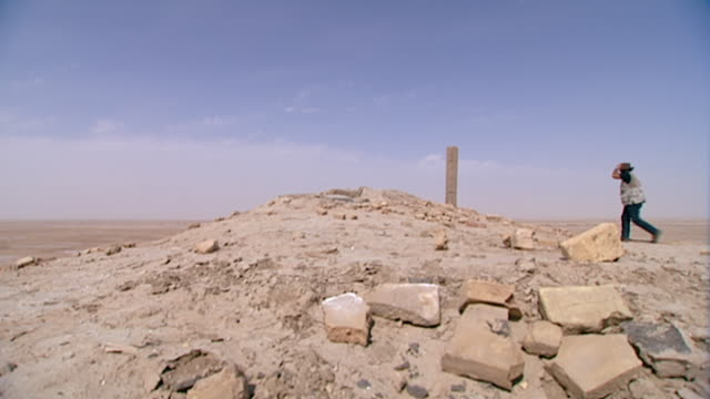 eridu, tell abu shahrain. view of a man walking to the top of the ruins of eridu, considered the oldest city on earth founded circa 5400 bce. - basra stock videos & royalty-free footage