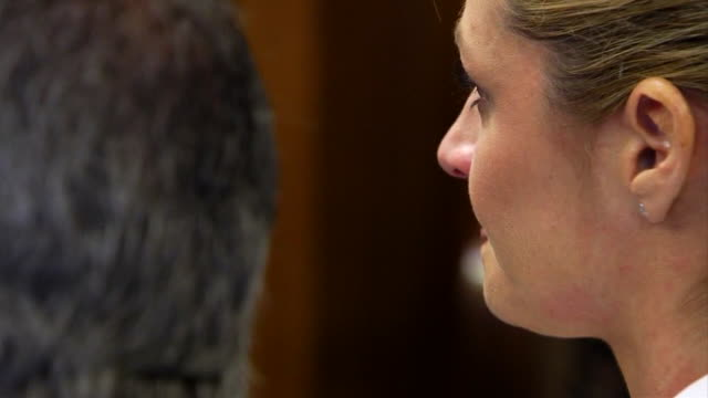erin andrews cries in court while her father takes the stand during her stalker trial. - crime or recreational drug or prison or legal trial点の映像素材/bロール