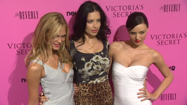 vídeos de stock, filmes e b-roll de erin heatherton adriana lima miranda kerr at the victoria's secret 6th annual 'what is sexy list bombshell summer edition' pink carpet event at los... - adriana lima
