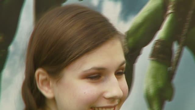 erin sanders at the 'teenage mutant ninja turtles' world premiere at grauman's chinese theatre in hollywood, california on march 17, 2007. - ミュータント・タートルズ点の映像素材/bロール