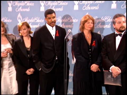 vídeos de stock e filmes b-roll de eriq lasalle at the 1996 people's choice awards at universal studios in universal city, california on march 10, 1996. - universal city