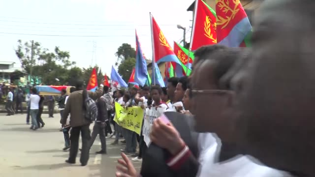 eritrean refugees in ethiopia protest against eritrean president isaias afwerki at outside of the african union's headquarters complex in addis ababa... - エチオピア点の映像素材/bロール