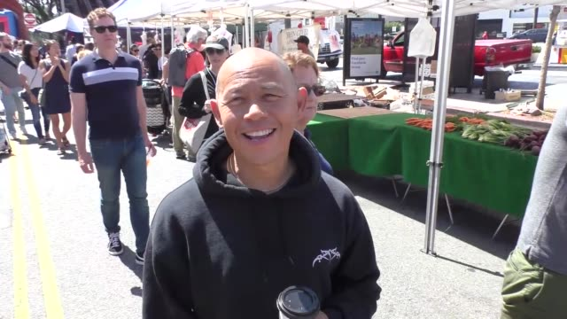 vidéos et rushes de interview ernie reyes jr on his pick for the justin bieber vs tom cruise fight while shopping at a farmers market in studio city at celebrity... - tom cruise