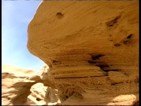 vídeos y material grabado en eventos de stock de eroded boulders on mediterranean coast, israel - desgastado por el tiempo
