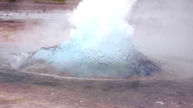 stockvideo's en b-roll-footage met slo mo uitbarstende geiser - condensatie
