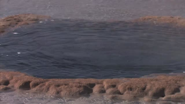 vídeos de stock, filmes e b-roll de eruption at base of strokkur geyser. - gêiser strokkur