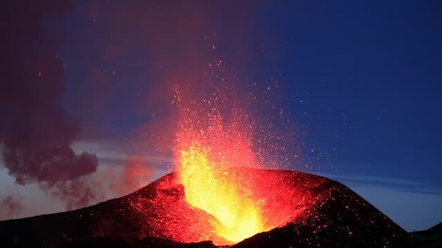 eruption at the fimmvorduhals region of the eyjafjallajokull volcano in iceland. - eruzione video stock e b–roll