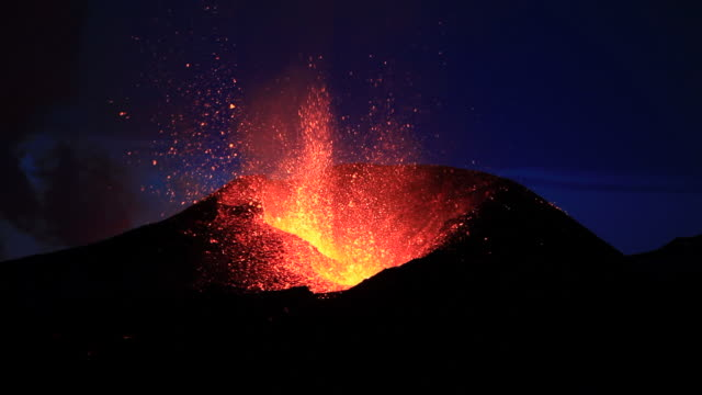 eruption from the fimmvorduhals region of the eyjafjallajokull volcano in iceland. - cenere video stock e b–roll