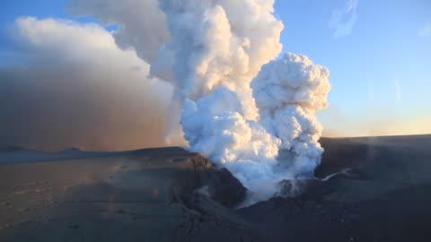stockvideo's en b-roll-footage met eruption of the eyjafjallajokull volcano in iceland. - 2010