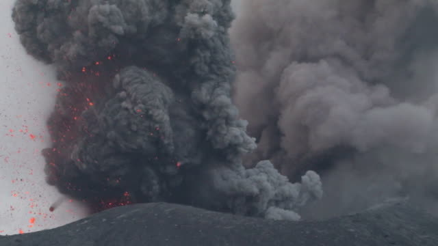 eruption on krakatau - cenere video stock e b–roll