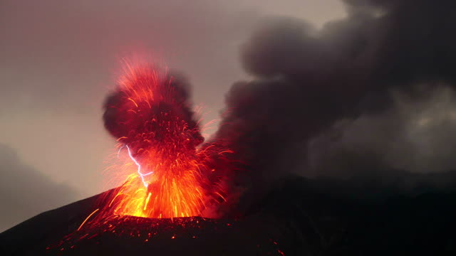 eruptions with shock wave and volcanic lightning on sakurajima in japan - vulkanausbruch stock-videos und b-roll-filmmaterial