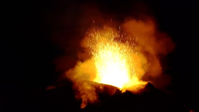 eruzione di una bocca del vulcano stromboli - volcano stock videos & royalty-free footage