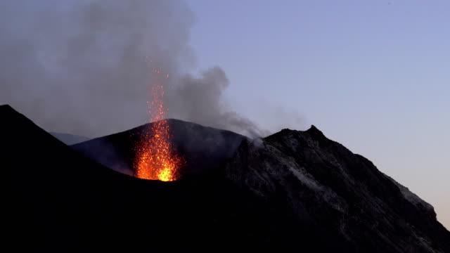 vídeos y material grabado en eventos de stock de eruzione di una bocca del vulcano stromboli - erupcionar