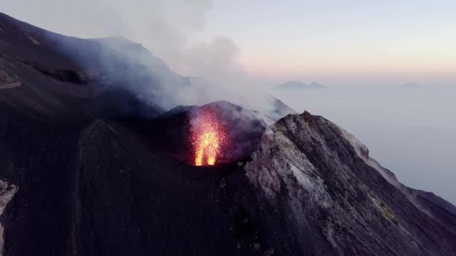 eruzione di una bocca del vulcano stromboli - erupting stock videos & royalty-free footage