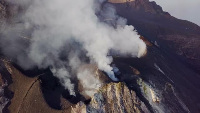 eruzione di una bocca del vulcano stromboli - ash stock videos & royalty-free footage