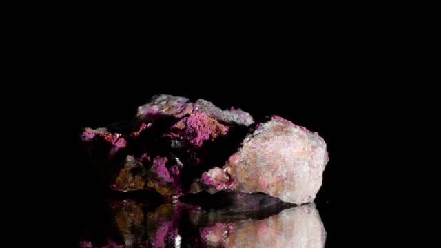 vídeos de stock e filmes b-roll de erythrin mineral turning on black - quartzo