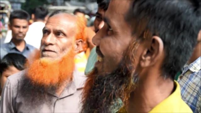 es casi imposible caminar por la calle de la capital bangladesi sin cruzarse con hombres mayores con barbas tenidas de anaranjado un fenomeno entre... - hombres stock videos & royalty-free footage