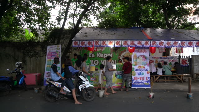 vídeos de stock e filmes b-roll de es kepalÿmiloÿviral street stall in the tebet area of jakarta indonesia on friday july 13 2018 - sorgo família da relva