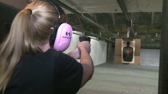 vídeos y material grabado en eventos de stock de es una noche de chicas distinta estas mujeres se juntan todos los jueves para aprender a usar un arma de fuego con una exinfante de la marina algo... - ee.uu