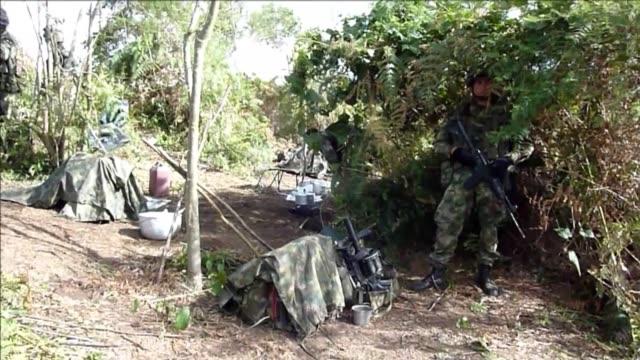 es una novedad en la guerra entre el ejercito colombiano civiles desarmados empiezan a exigir de manera pac'fica la salida de hombres armados de su... - army stock videos & royalty-free footage