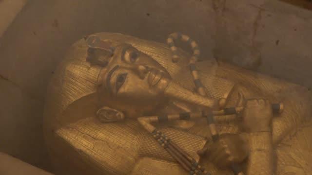 es uno de los faraones mas conocidos del gran publico tutankamon ha visto como su tumba en el valle de los reyes cerca de luxor egipto ha sido... - desafio stock videos and b-roll footage