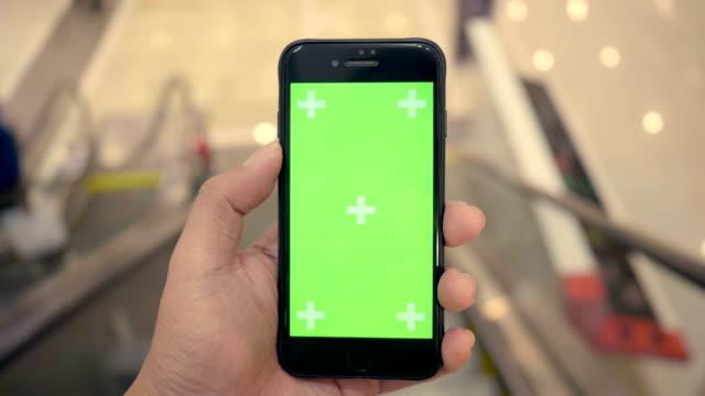 rulltrappa: kund med hjälp av smart telefon - maskineri bildbanksvideor och videomaterial från bakom kulisserna