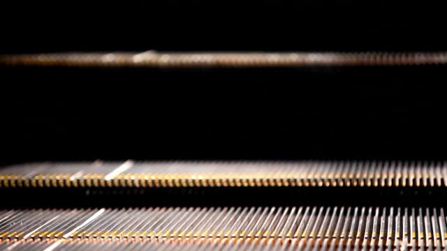 vídeos de stock, filmes e b-roll de escada rolante detalhe - movimento perpétuo