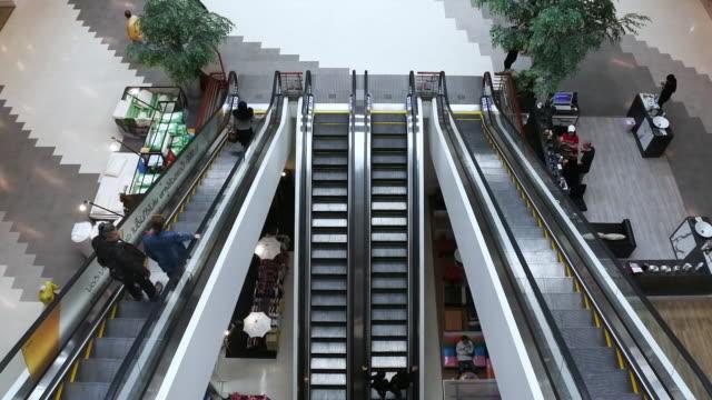 rolltreppe im einkaufszentrum - rolltreppe stock-videos und b-roll-filmmaterial