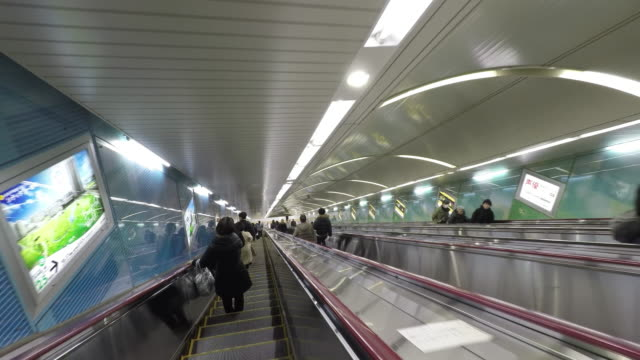 vídeos y material grabado en eventos de stock de escalator in subway station pov - cámara en mano