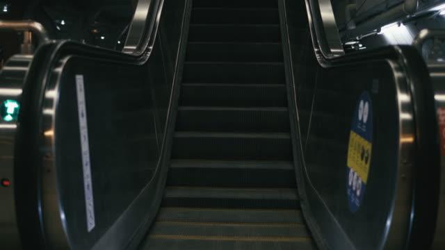 vídeos de stock, filmes e b-roll de escada rolante, estação de trem sem pedestres - transporte público