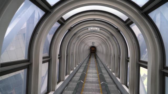 下りエスカレーターのステップ - steps and staircases点の映像素材/bロール