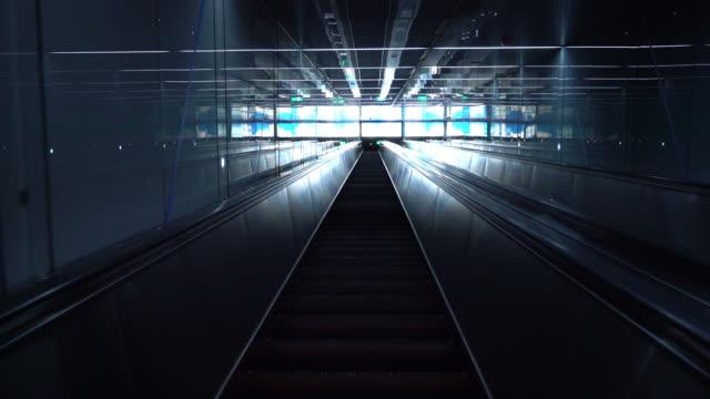 vídeos y material grabado en eventos de stock de pasos de escalera mecánica subiendo - escalón y escalera