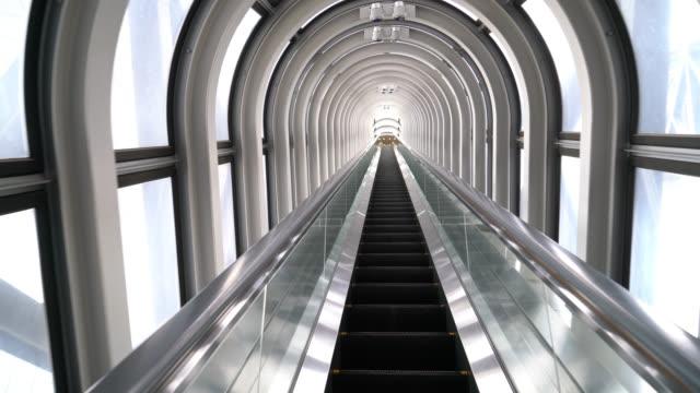 vídeos de stock e filmes b-roll de escalator steps going up - escada objeto manufaturado