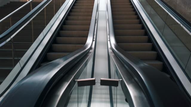 vídeos y material grabado en eventos de stock de escalator, subwaystation - centro de berlín