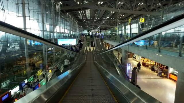 vidéos et rushes de escalator de haut en bas en train - transport ferroviaire