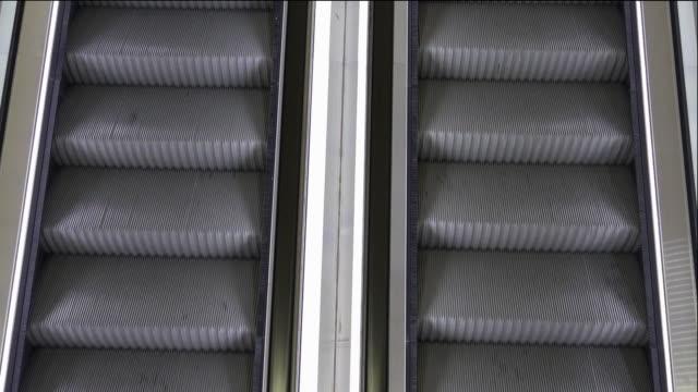 escalator - standbildaufnahme stock-videos und b-roll-filmmaterial